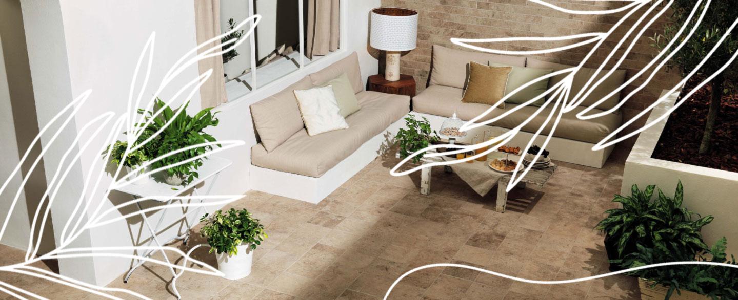 Bannerbild für Sommerangebote mit Terrasse und Loungemöbeln