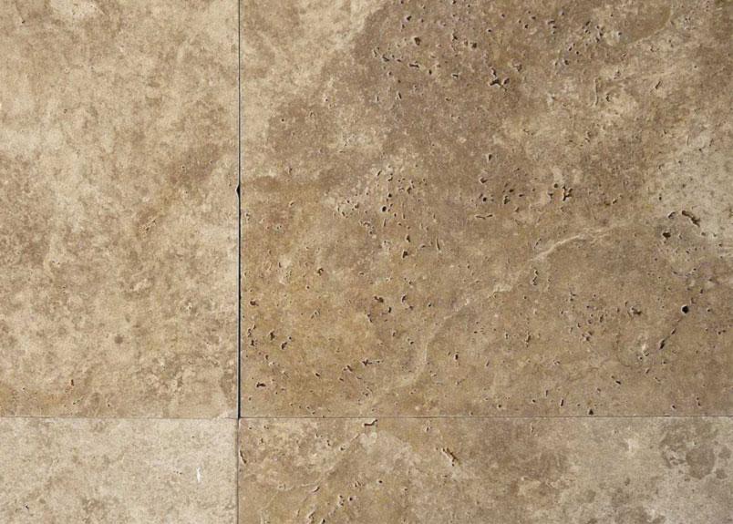 Detailaufnahme Terrassenplatten aus dem beige-braunen Kalkstein Travertin Noce mit großen Poren