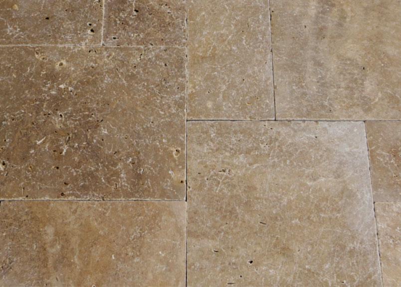 Detailaufnahme von Terrassenplatten aus Kalkstein Travertin Noce im römischen Verband