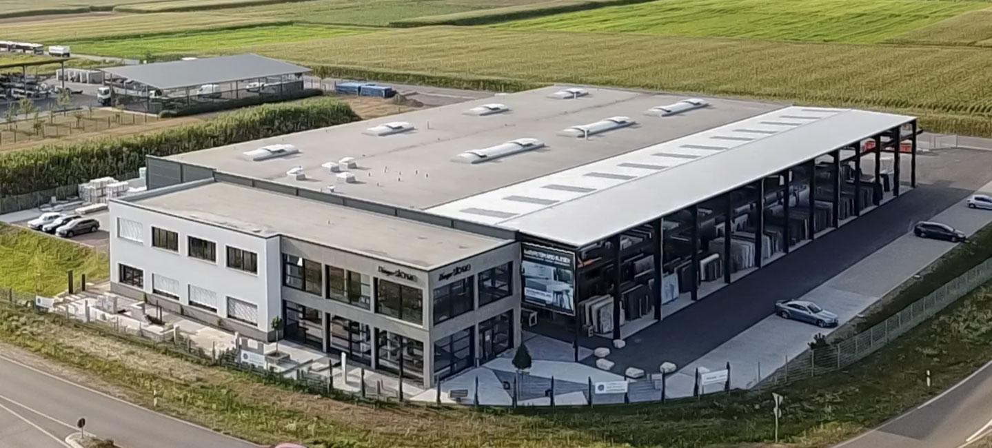 komplettes Firmengebäude, Werk und Firmengelände von oben fotografiert