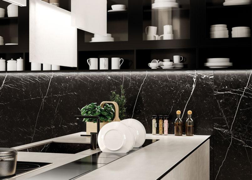Dunkle Keramik Wandverkleidungen mit weißen Adern in einer Küche welches den Namen Marmo Marquina trägt