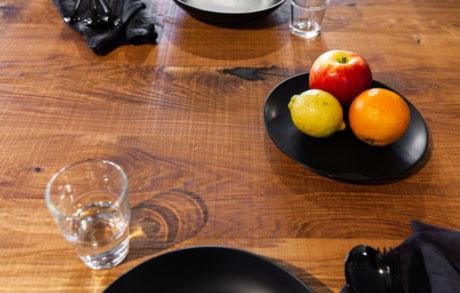 Gedeckter Esstisch aus massivem Eichenholz