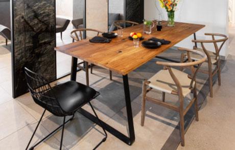 Gedeckter Esstisch aus massivem Eichenholz und schwarzem Stahlgestell mit fünf Stühlen
