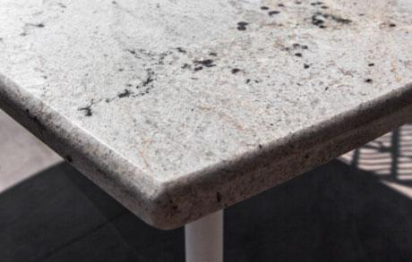 Heller Ess- oder Gartentisch aus massivem Naturstein mit dem Namen Bianco Romano