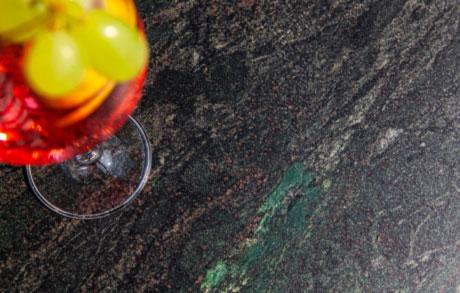 Dunkle Rohplatte aus massivem Naturstein mit leicht grünlichen Akzenten welches den Namen Black Musk trägt