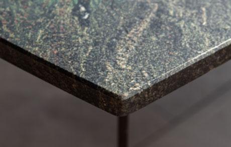 Dunkler Ess- oder Gartentisch aus massivem Naturstein mit leicht grünlichen Akzenten welches den Namen Black Musk trägt