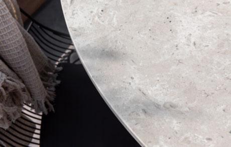 Runder leicht gräulicher Ess- oder Gartentisch