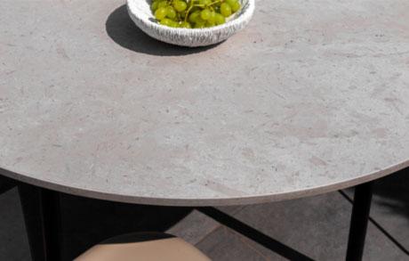Runder Ess- oder Gartentisch mit frischen grünen Trauben darauf