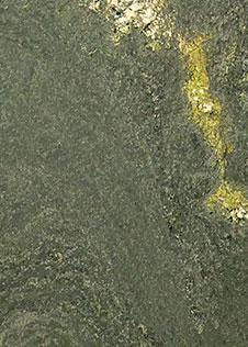 Grünliche Naturstein-Rohplatte mit dem Namen Alpen Grün (Pannonia Grün)