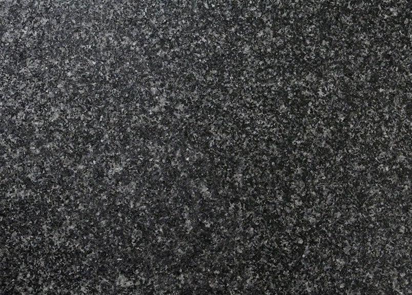 Dunkle Naturstein-Rohplatte mit dem Namen Havanna Antracite