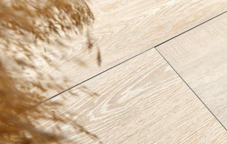 terrassenplatten holzoptik hell verlegt in der detailansicht